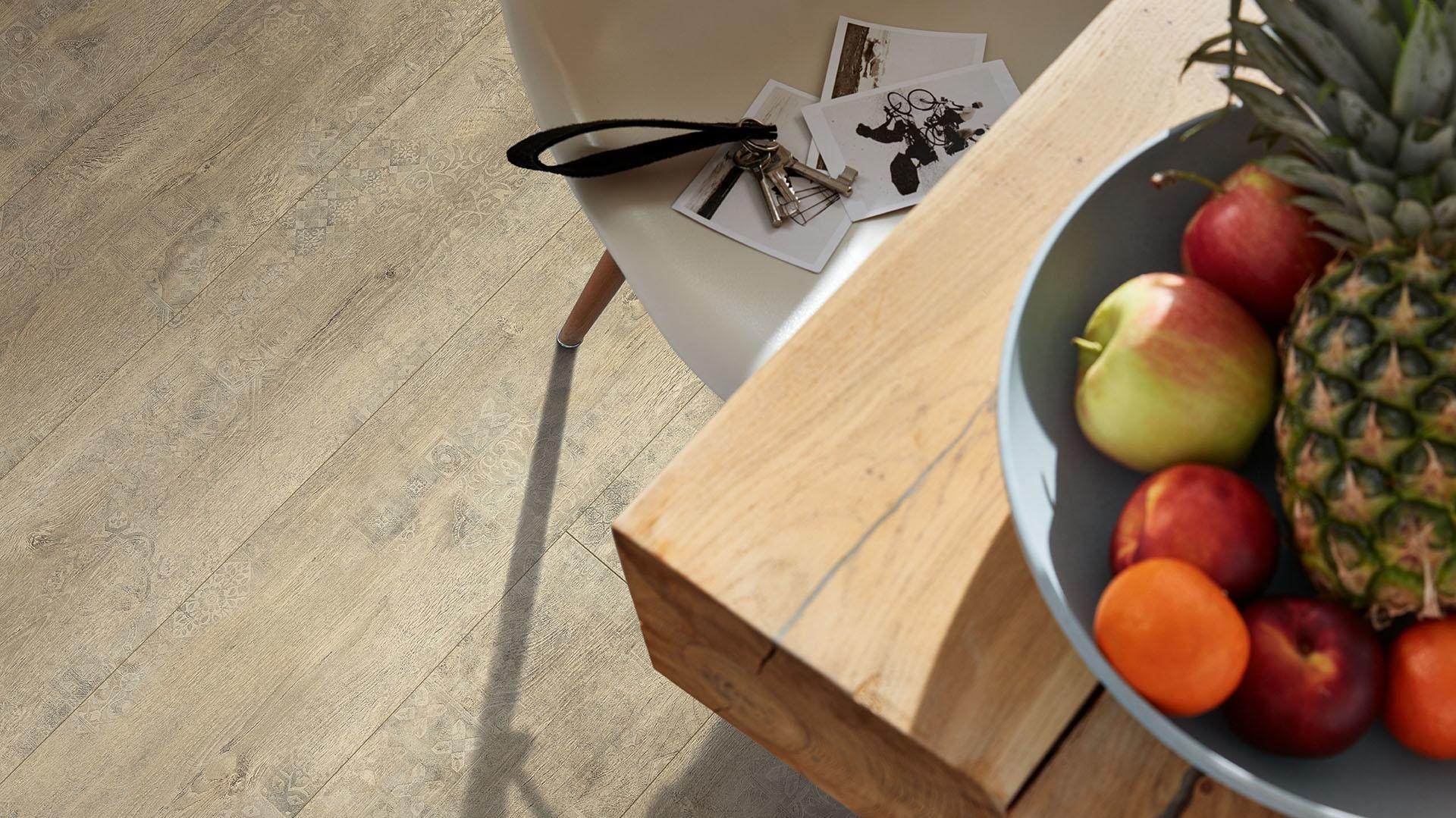 Obstteller auf einem Holztisch mit Blick auf den Laminat Classic