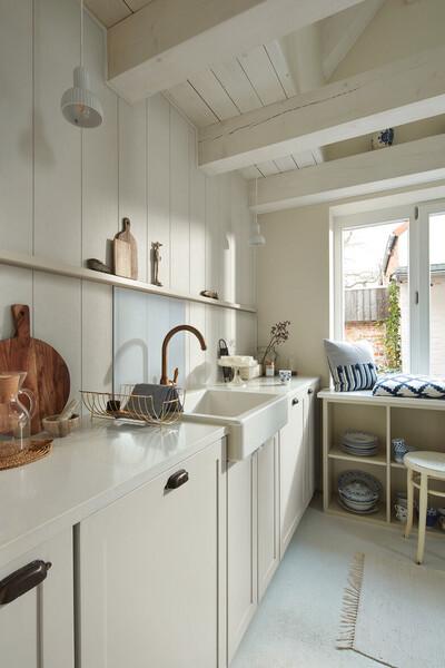 Weiße Paneele als Wandverkleidung in der Küche