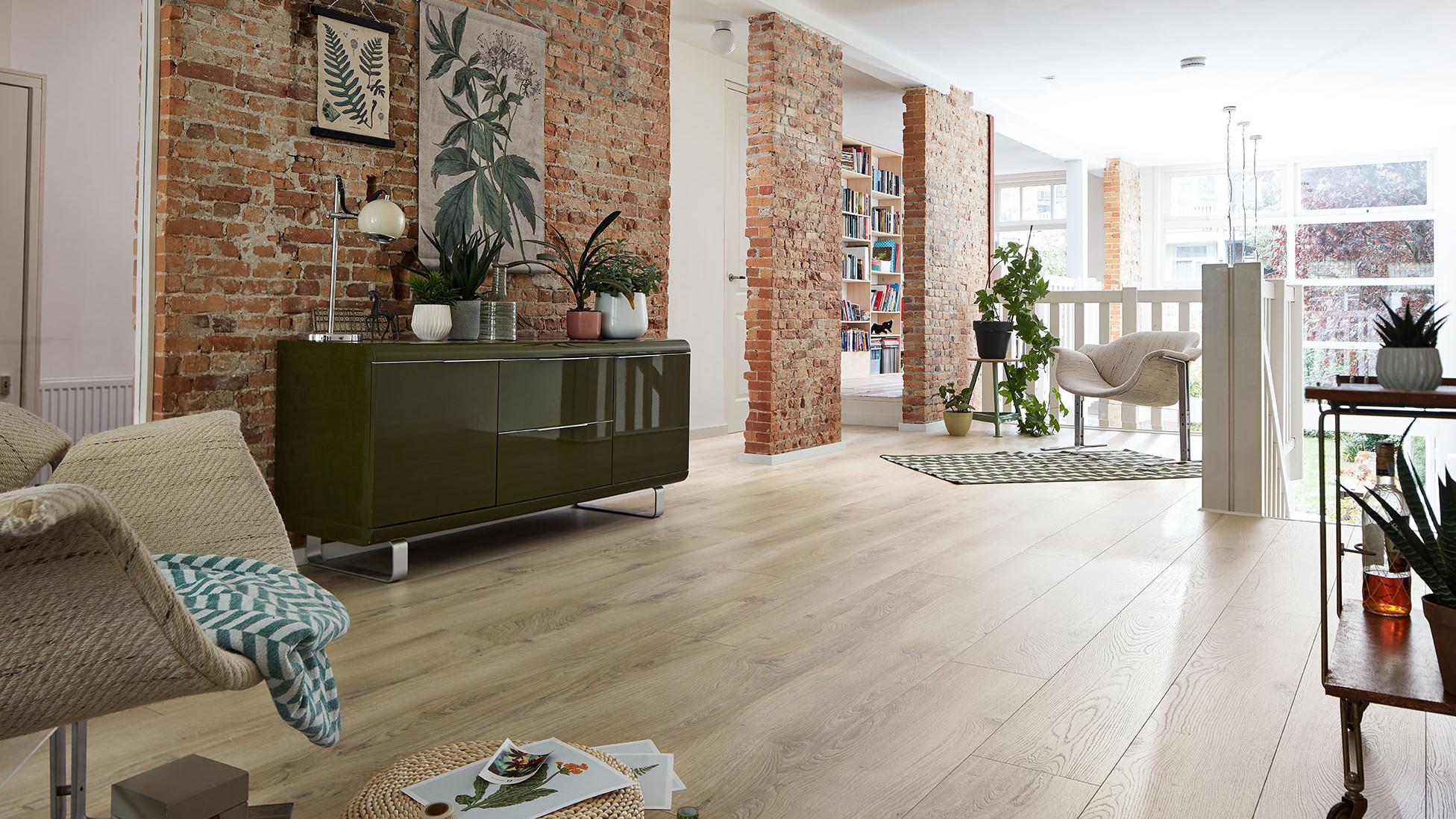 Helle Laminat Landhausdielen im Obergeschoss mit Galerie