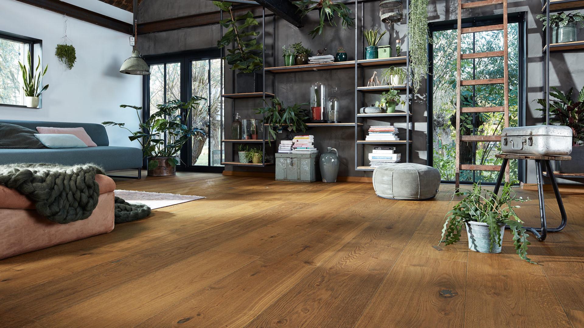 Lindura-Holzboden in Eiche authentic in einem Wohnzimmer