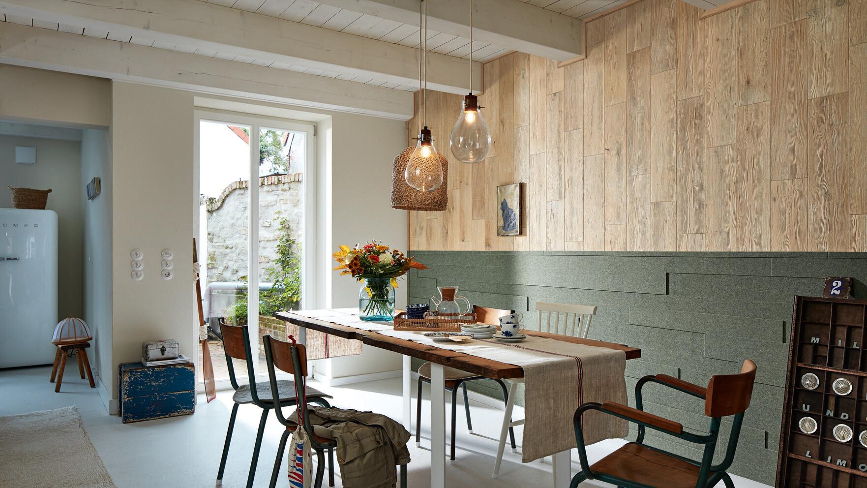 Holzpaneele und Filzpaneele an einer Wand kombiniert