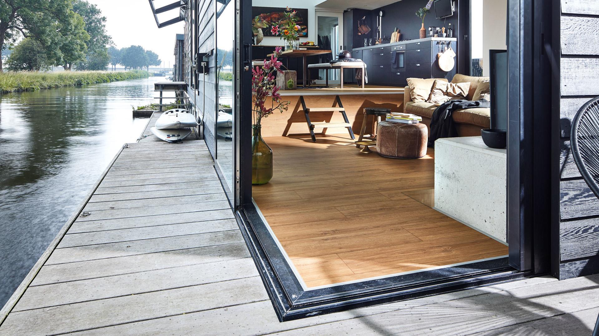 Designboden von MEISTER im Wohnraum eines Hausbootes auf dem Wasser