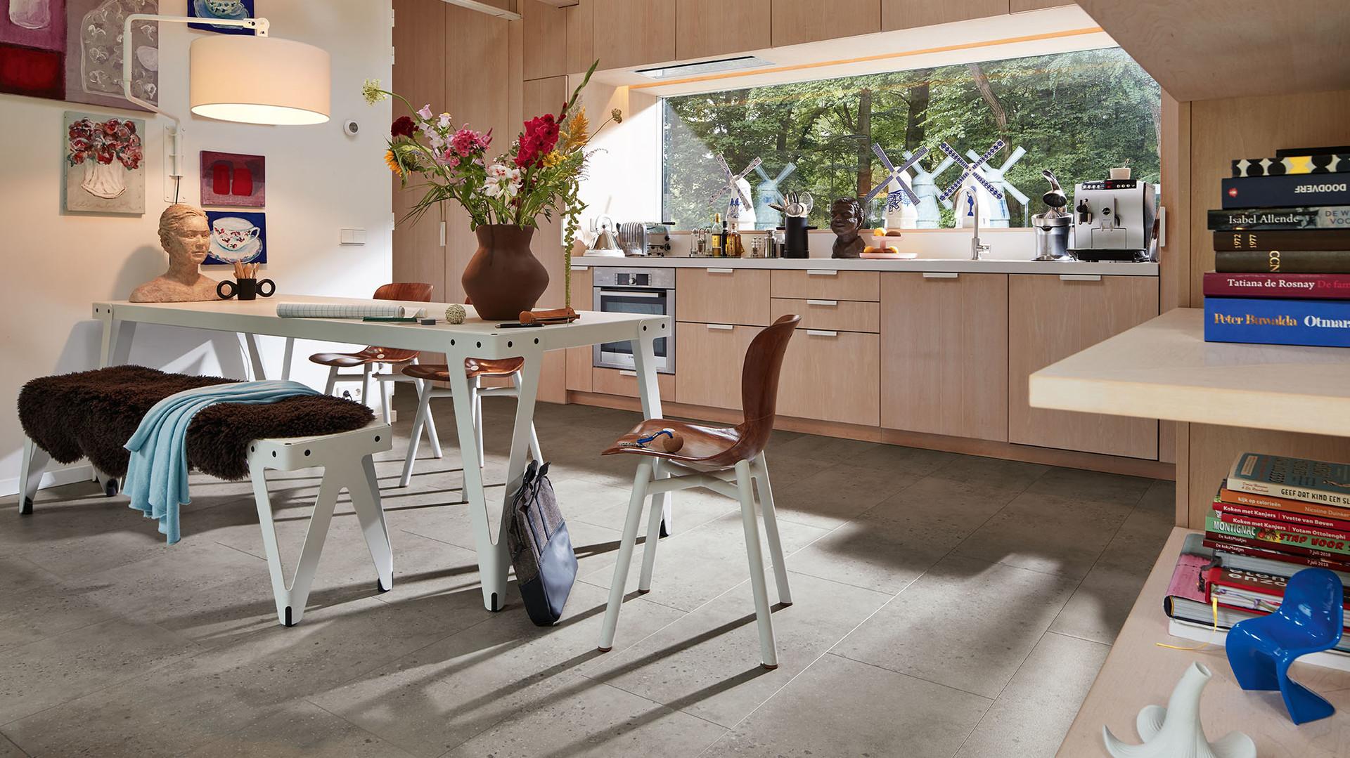 Designboden von MEISTER in Fliesenoptik in einer Küche