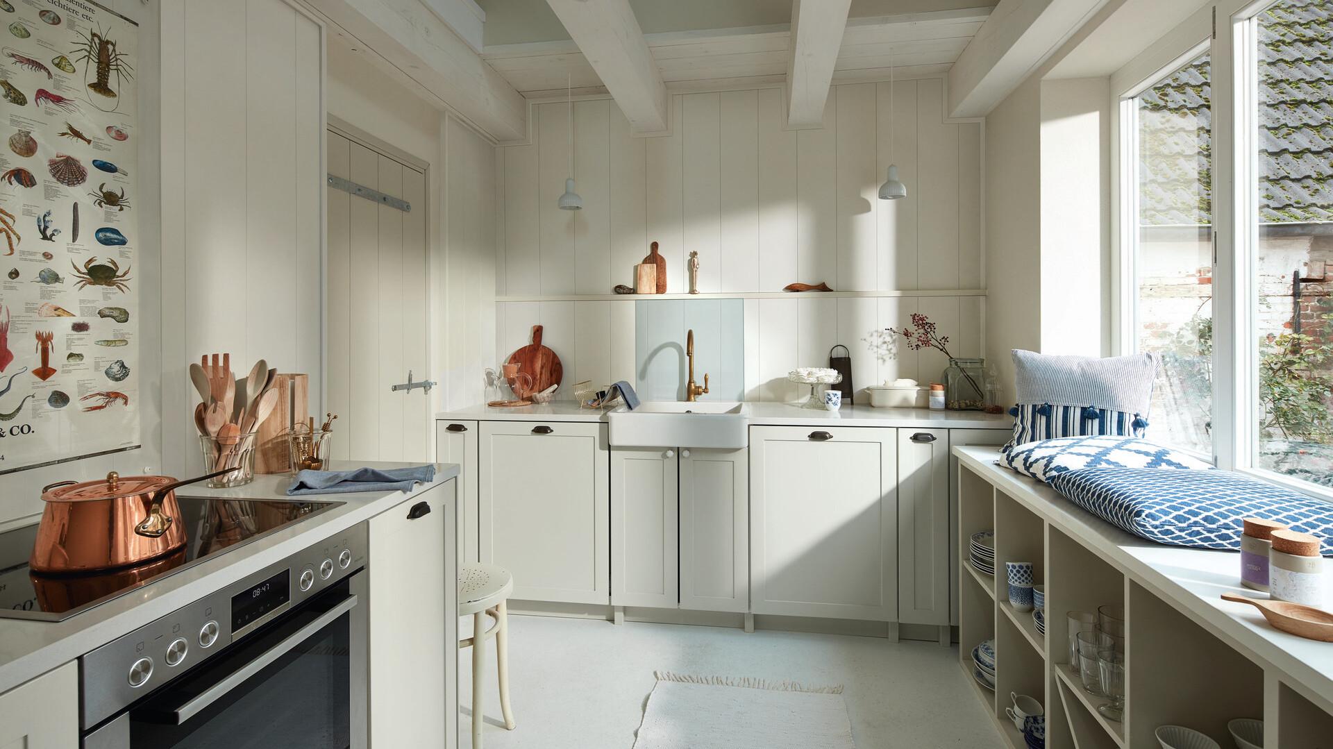 Weiße Wandverkleidung in der Küche