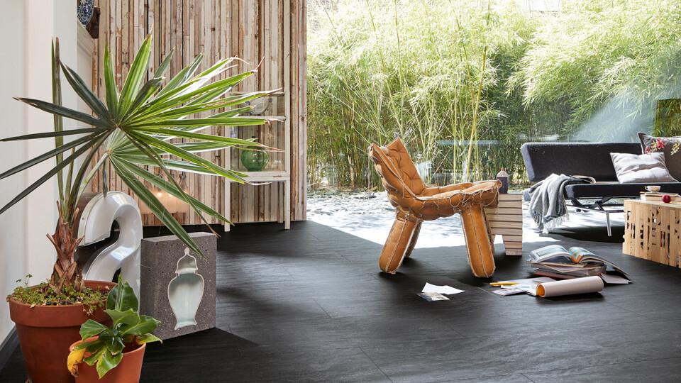Ein Zuhause im Tropical Style mit Designboden im Fliesenformat