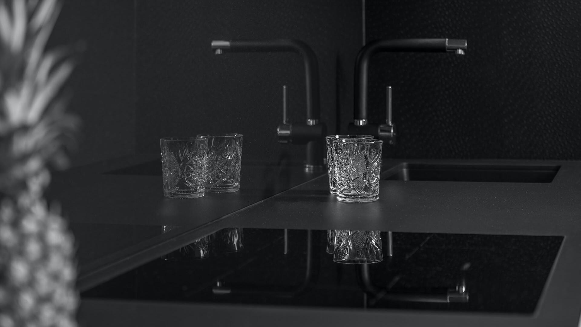 rustikales Parkett als Kontrast zur schwarzen Küche