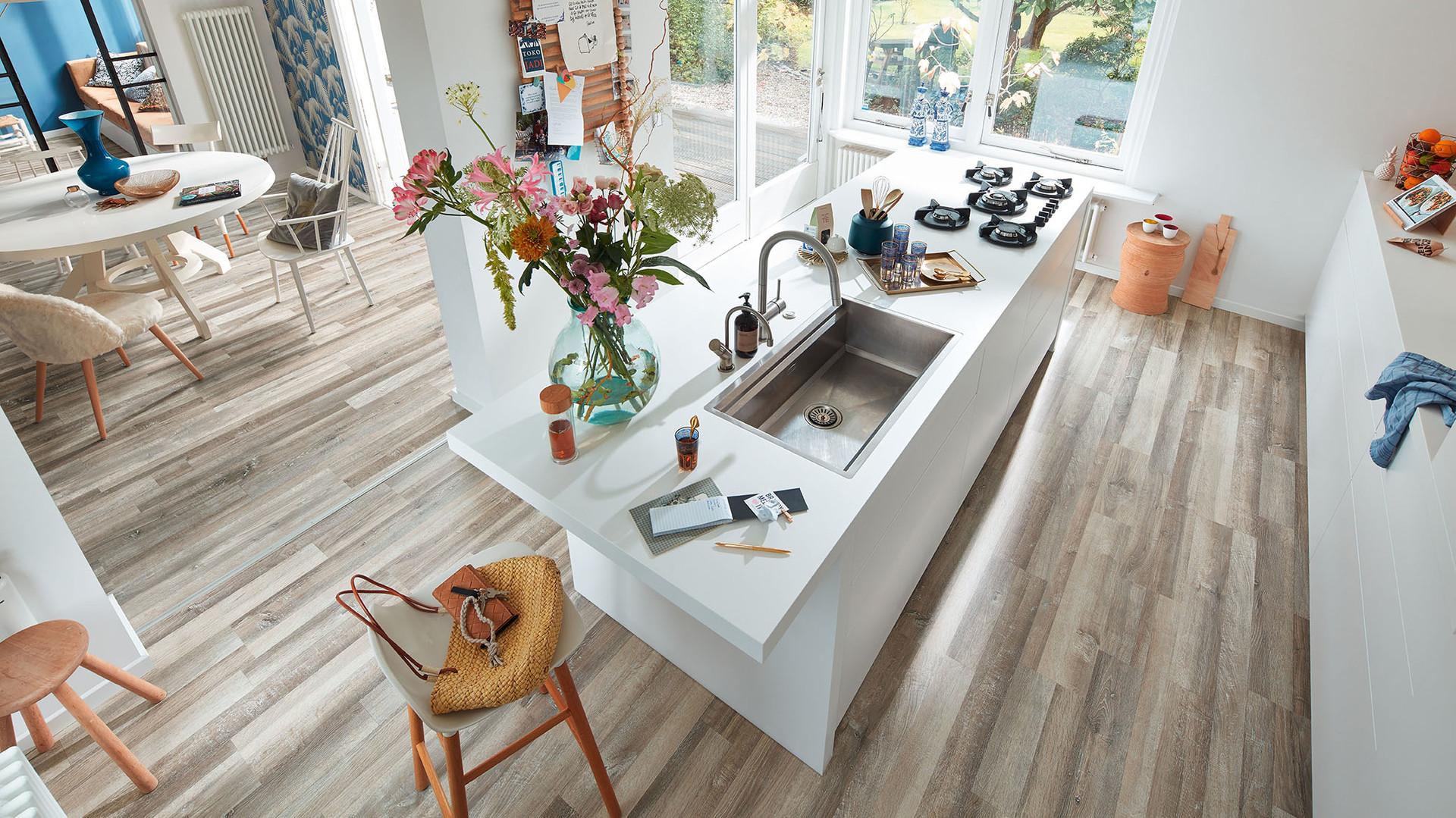 Laminatboden unter einem Küchenblock mit Einkaufszettel