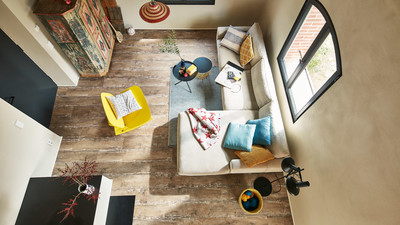Designboden MeisterDesign Cabin Board in einem kleinen Wohnzimmer