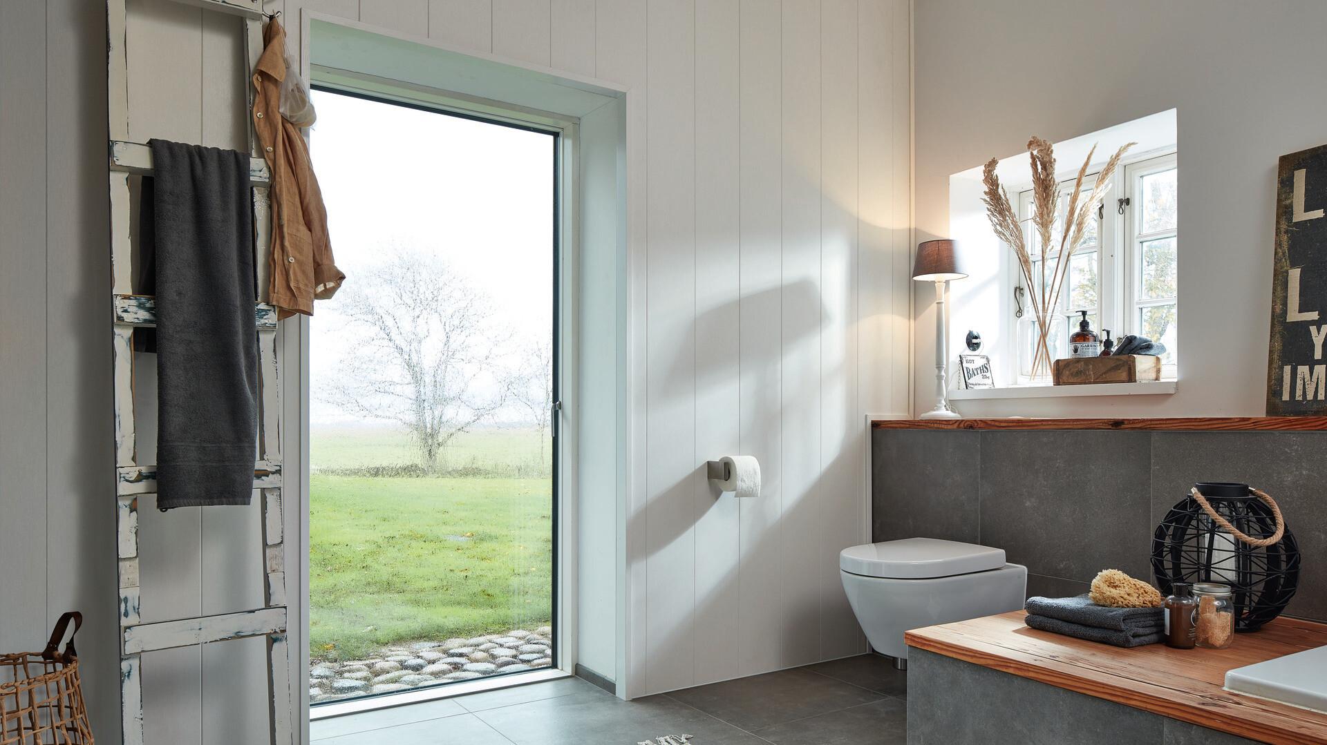 Feuchtraumpaneele an der Wand im Badezimmer