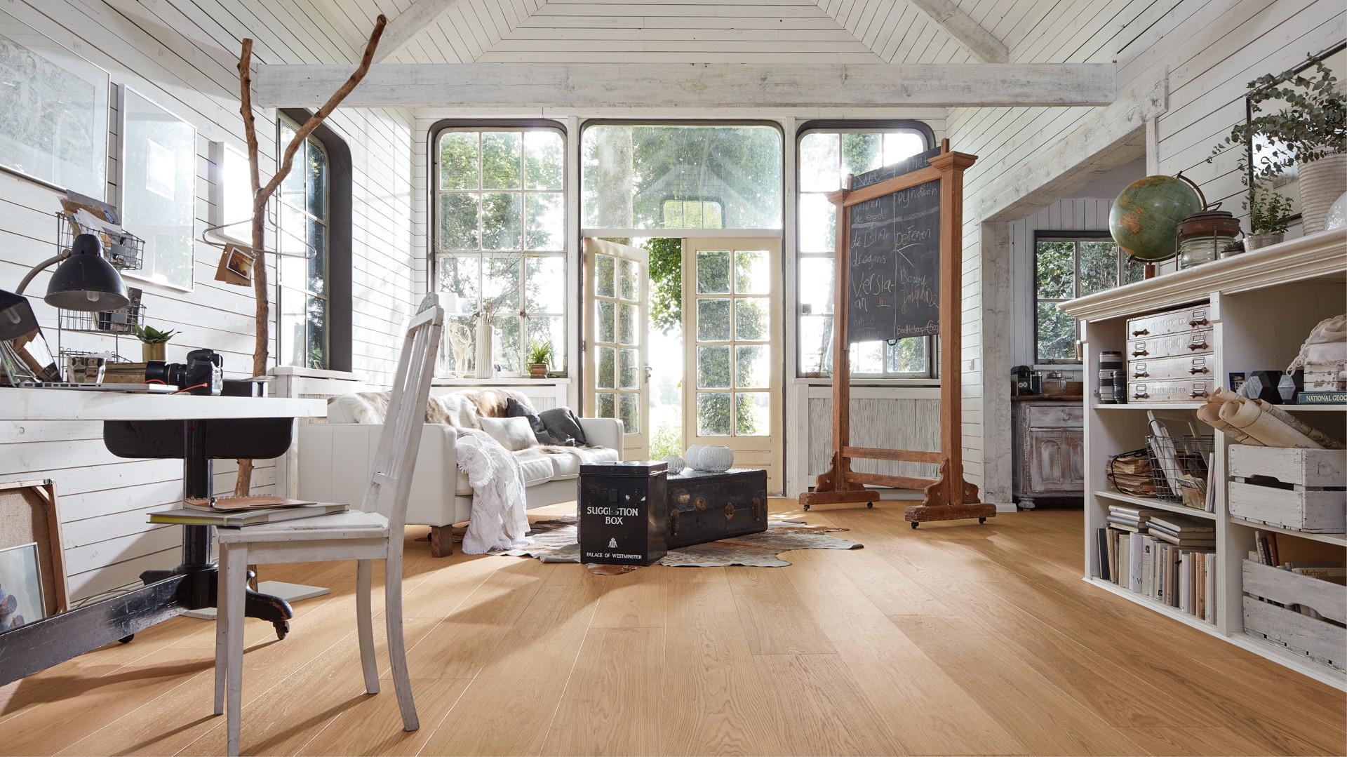 Großzügige Parkett Landhausdielen in einem weißen Holzhaus