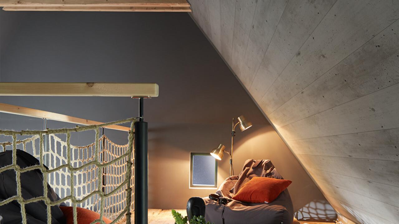 Wandverkleidung in Steinoptik hinter einem Bett