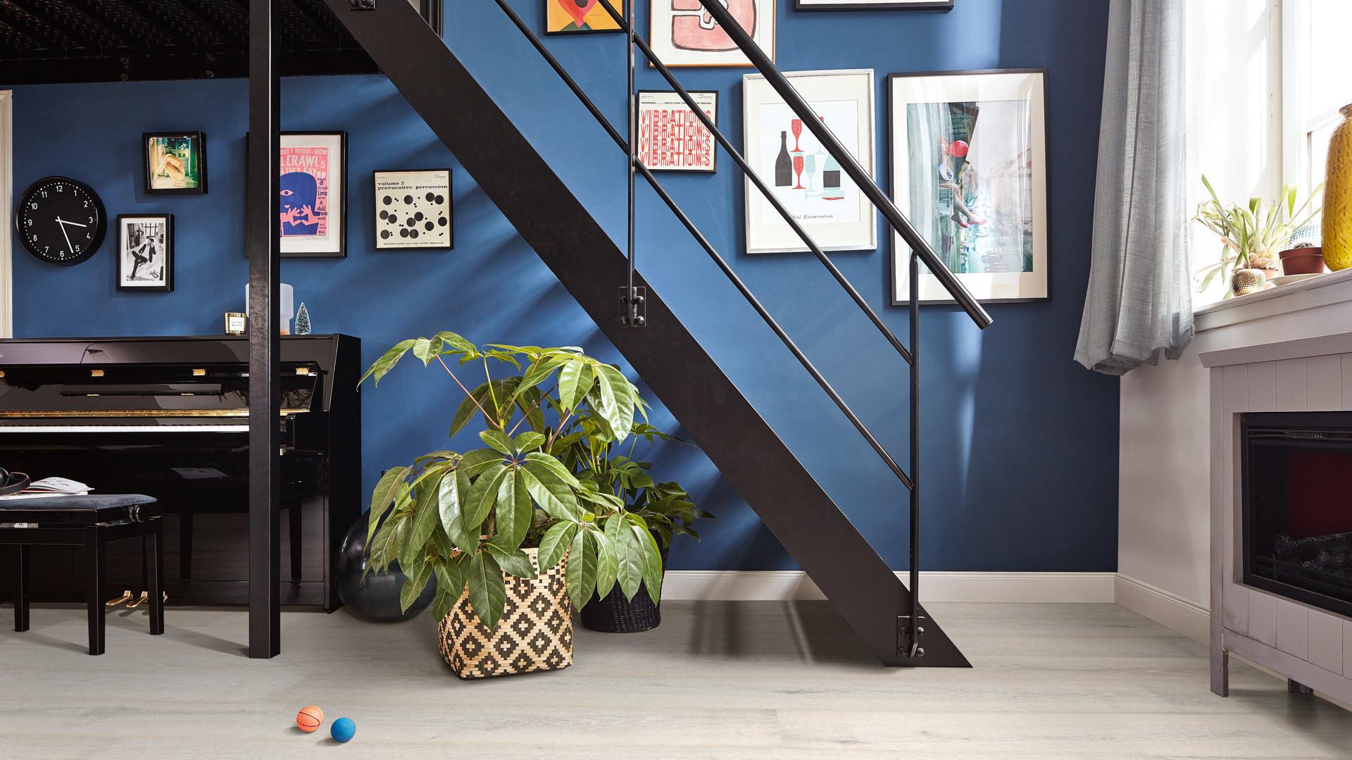 Heller Lindura-Holzboden vor einer blau gestrichenen Wand