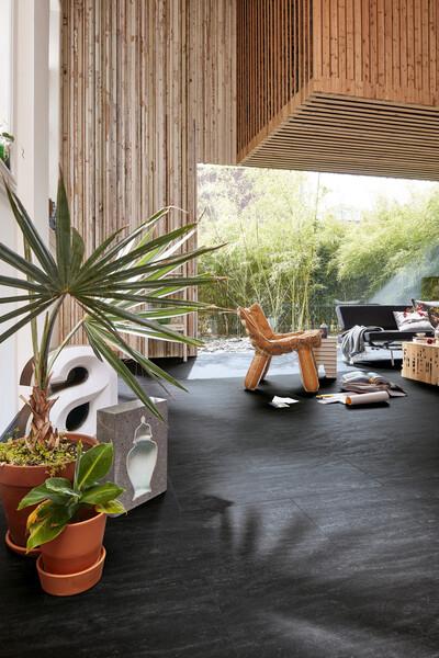 Dunkler Designboden zu einer Einrichtung im Tropical Style