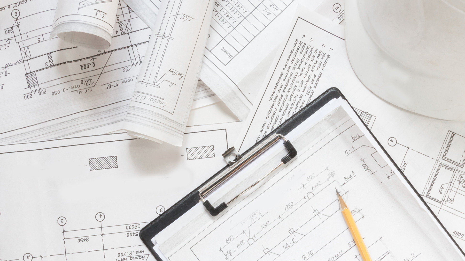 Grundrisse und Zeichnungen auf einem Laptop