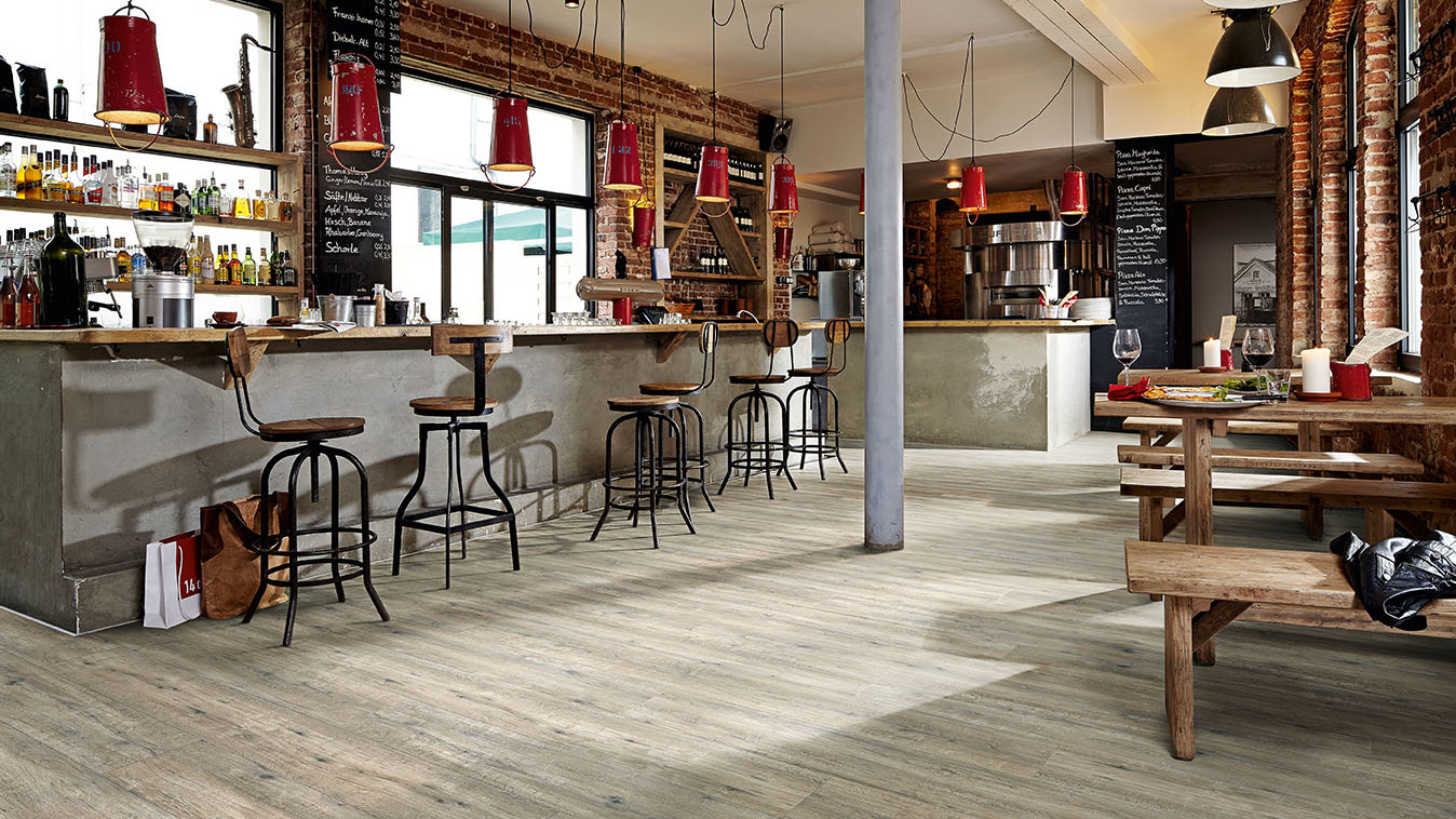 Laminat grau als Landhausdiele in einer kleinen Bar