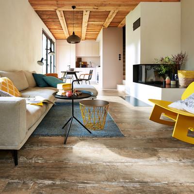 Ausgefallener Designboden in Altholzoptik in einem modern eingerichteten Wohnzimmer