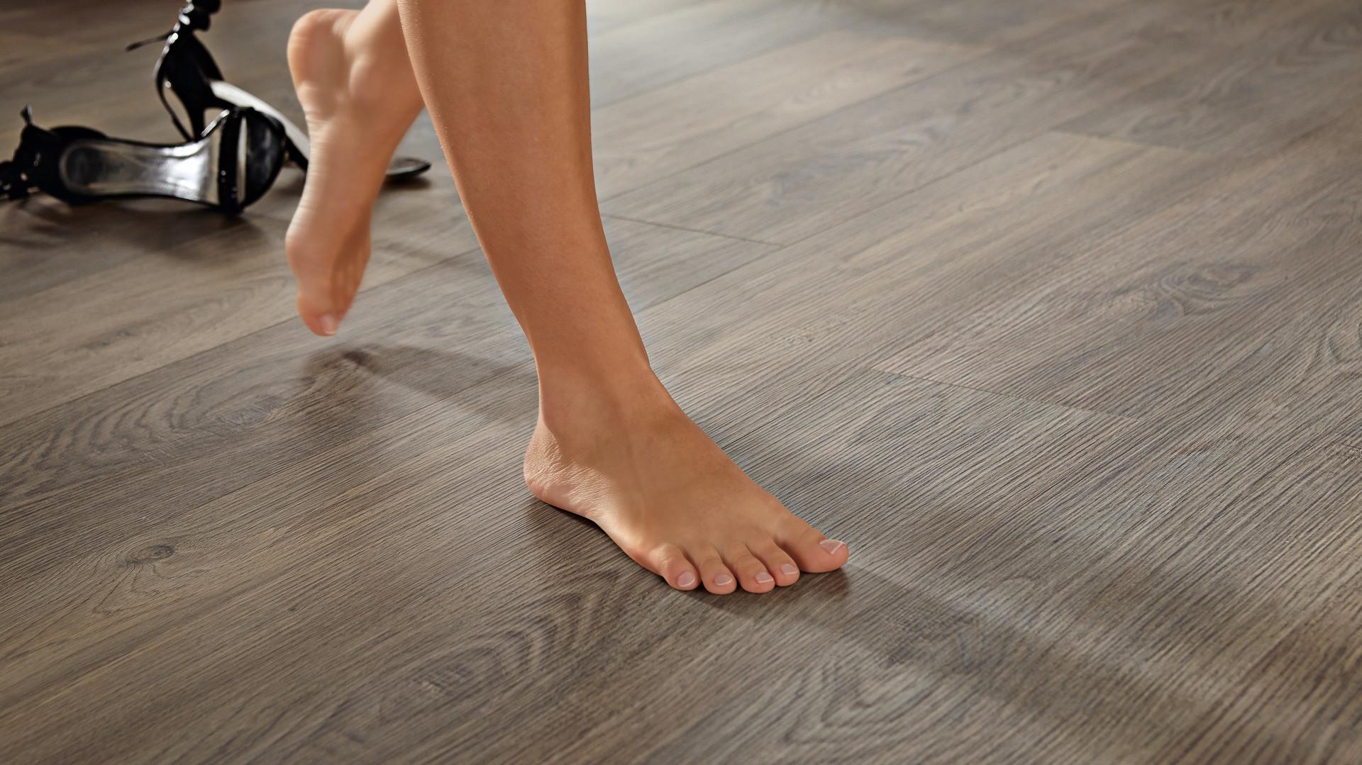 Nackte Füße auf einem Holzboden