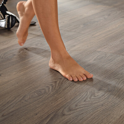Nackte Füße auf einem Designboden