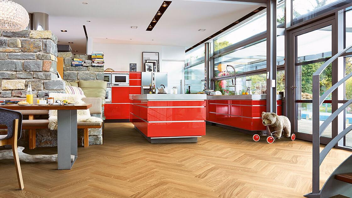 Fischgrätparkett in einer roten Küche