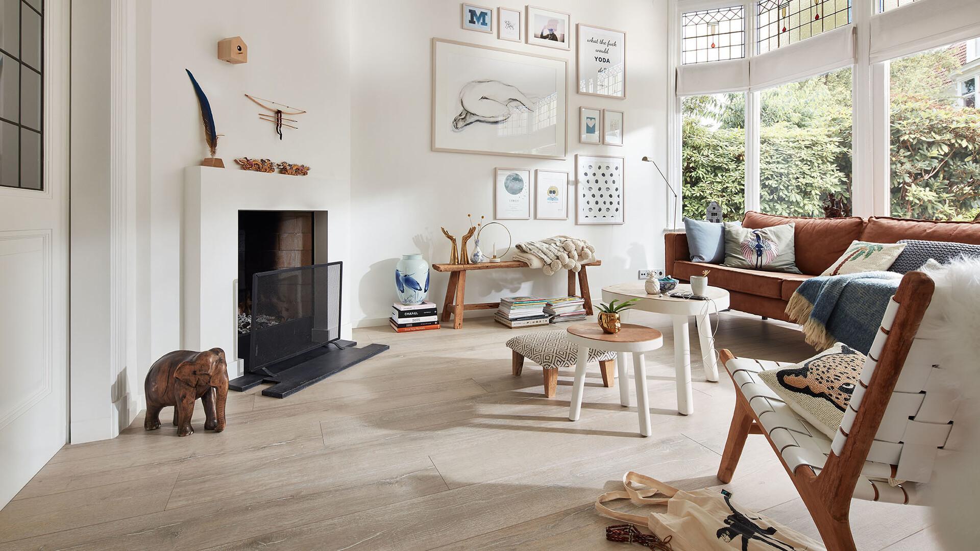 Hyggeliges Wohnzimmer mit hellem Laminatboden und Holzmöbeln