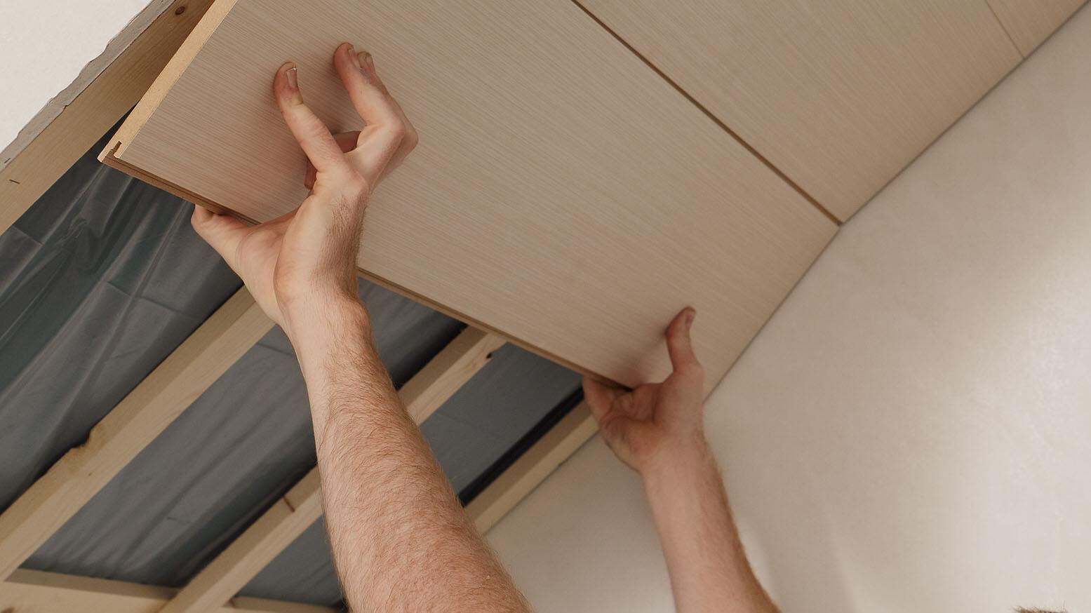 Paneele an Dachschräge anbringen