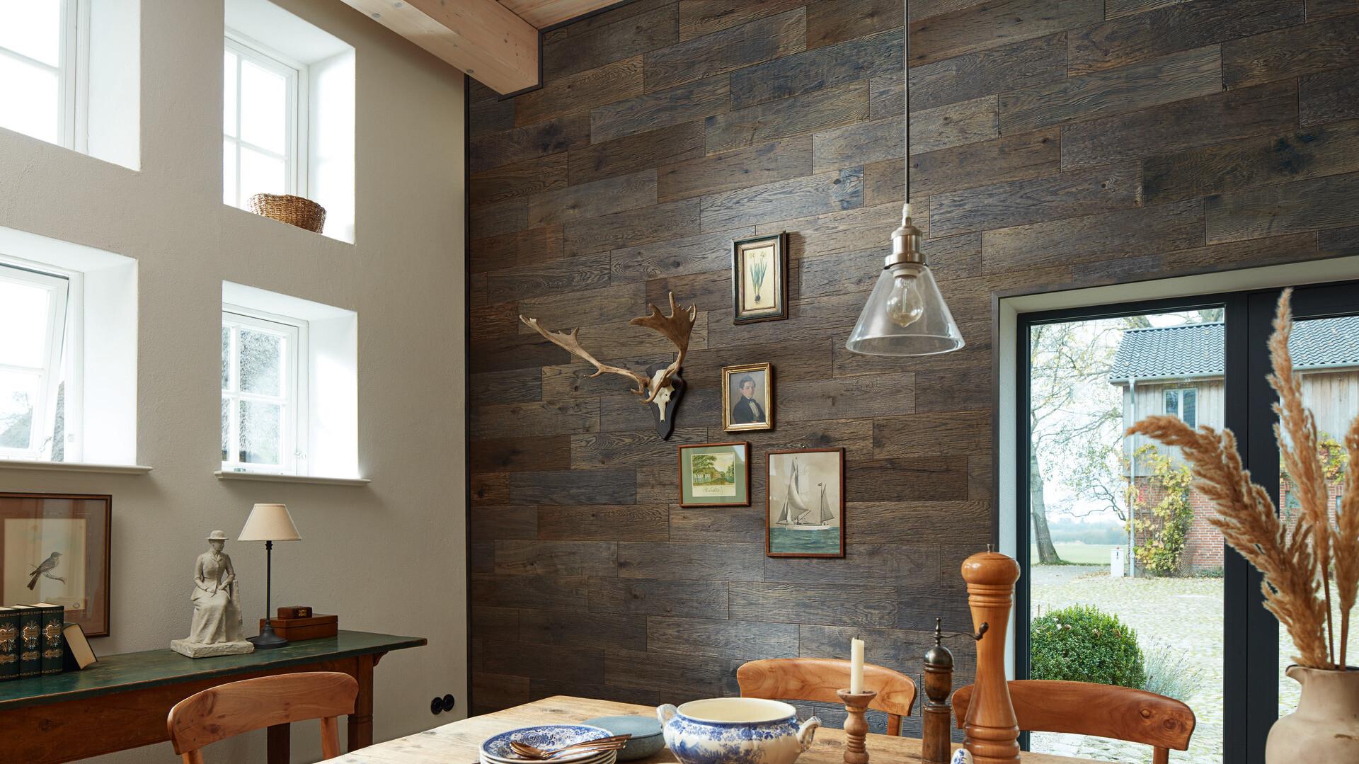Holzpaneele in Altholzoptik an der Wand